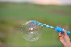 Конец вверх пузыря мыла растя от владения кольца воздуходувки a Стоковое Изображение RF