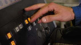 Конец-вверх пульта управления машины с численным контролем Работа отжимает кнопки на удаленном