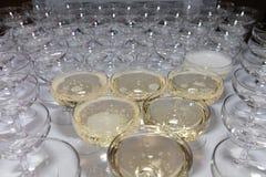 Конец-вверх пустых стекел шампанского или вино на таблице на церемонии стоковое фото