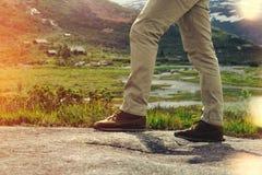 Конец-вверх путешественника ног на предпосылке ландшафта горы Стоковые Изображения