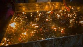 Конец-вверх пламени свечи в индийском виске на религиозном Festiv Стоковое Изображение
