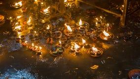 Конец-вверх пламени свечи в индийском виске на религиозном Festiv Стоковые Изображения RF