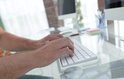 Конец-вверх работника печатая на клавиатуре персонального компьютера Стоковое фото RF