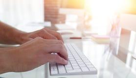 Конец-вверх работника печатая на клавиатуре персонального компьютера Стоковое Изображение RF