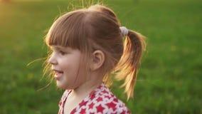 Конец-вверх радостной маленькой девочки на солнечном летнем дне в парке видеоматериал