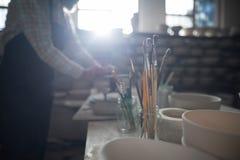 Конец-вверх различной кисти в держателе карандаша Стоковые Изображения RF