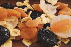 Конец вверх различных высушенных плодоовощей на деревянной предпосылке Стоковые Изображения RF