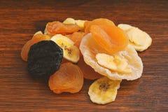 Конец вверх различных высушенных плодоовощей на деревянной предпосылке Стоковые Изображения