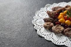Конец-вверх различных плодоовощей аранжировал на циновке плиты Стоковая Фотография