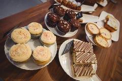 Конец-вверх различной сладостной еды на счетчике стоковое изображение rf