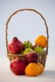 Конец-вверх различных плодоовощей в плетеной корзине Стоковое фото RF