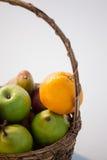 Конец-вверх различных плодоовощей в плетеной корзине Стоковое Фото