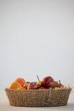 Конец-вверх различных плодоовощей в плетеной корзине Стоковые Изображения RF