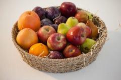 Конец-вверх различных плодоовощей в плетеной корзине Стоковые Изображения