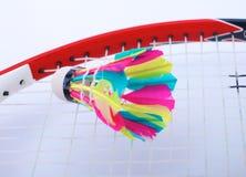 Конец-вверх ракеток badmington с шариками на голубой предпосылке стоковое фото rf