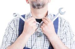 Конец-вверх ремонтника при гаечный ключ аранжируя его воротник рубашки Стоковые Фотографии RF