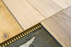 Конец-вверх реновации: instalation керамических плиток с нагревать c Стоковые Изображения