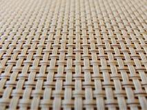 Конец-вверх решетки бежевой ткани пластичной, текстура решетки; картина горизонтальных и вертикальных вплетенных линий может быть стоковое фото rf