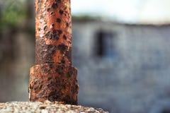 Конец-вверх ржавого поляка на старой пристани Марины моря Стоковое Фото