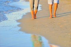 Романтичные пары вдоль пляжа Стоковые Изображения RF