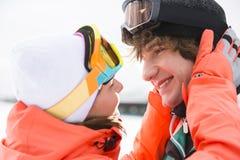 Конец-вверх романтичных молодых пар около, который будут целовать во время зимы Стоковые Фото