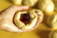 Конец-вверх рука хлебопека формируя тесто Стоковые Фото