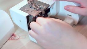 Конец-вверх, руки белошвейки принимает вне продевает нитку для катушкы движение медленное акции видеоматериалы