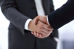 Конец вверх руки встряхивания делового партнера 2 детенышей мужской Стоковое фото RF