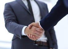 Конец вверх руки встряхивания делового партнера 2 детенышей мужской Стоковые Изображения RF