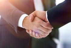 Конец вверх руки встряхивания делового партнера 2 детенышей мужской Стоковые Изображения