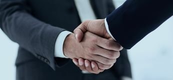Конец вверх руки встряхивания делового партнера 2 детенышей мужской Стоковое Фото