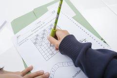 Конец-вверх руки девушки писать номера на документе Стоковое Изображение RF