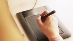 Конец-вверх руки женского график-дизайнера используя взаимодействующий дисплей ручки, цифровой рисуя планшет и ручку на компьютер акции видеоматериалы
