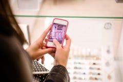 Конец-вверх руки женщины щелкая фото дисплея магазина Стоковая Фотография RF