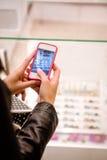 Конец-вверх руки женщины щелкая фото дисплея магазина Стоковое Изображение