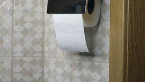 Конец-вверх руки используя туалетную бумагу сток-видео