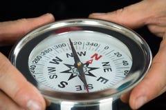 Конец-вверх руки персоны с компасом Стоковое Изображение RF