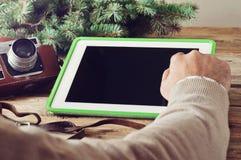 Конец-вверх руки человека щелкает дальше планшет пустого экрана Стоковые Изображения