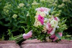 Конец-вверх руки ` s groom держа предложение wirst ` s невесты, цветок, новобрачных, церковь стоковые изображения rf