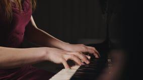Конец-вверх рук женщины играя рояль Детали рояля музыкального инструмента сток-видео