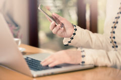 Конец-вверх рук женщины используя умный телефон стоковое фото rf