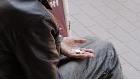 Конец-вверх рук попрошаек города В его руке видимые монетки что он управлял собрать Социальная ситуация Эмоциональный m сток-видео