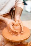 Конец-вверх рук работая с глиной на ремесленнике turntable Стоковое Изображение RF