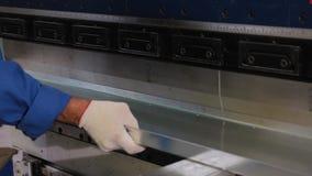 Конец-вверх рук работника пока работающ на гибочной машине Процесс обработки металла