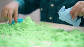 Конец-вверх рук ребенка разрушает замок кинетического песка сток-видео