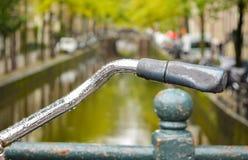 Конец вверх ручки велосипеда в Амстердаме Стоковые Изображения RF