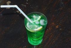 Конец вверх свежего питья лета, мяты с содой, кубами льда и Стоковое Изображение RF