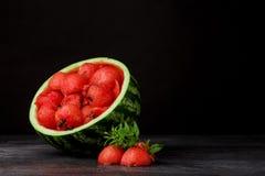 Конец-вверх свежего сочного арбуза Красные ветроуловители арбуза с листьями на черной предпосылке Вкусные соки лета экземпляр Стоковое Фото