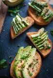 Конец-вверх свежего тоста авокадоа со специями на темной предпосылке стоковая фотография rf