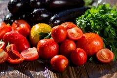 Конец-вверх свежих, зрелых томатов, баклажана, сладостного красного перца и Стоковое Фото